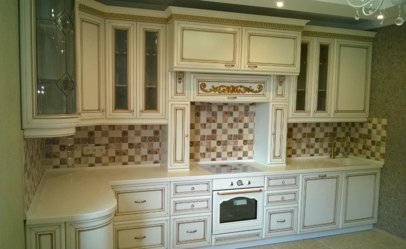 фото: белая кухня в классическом стиле