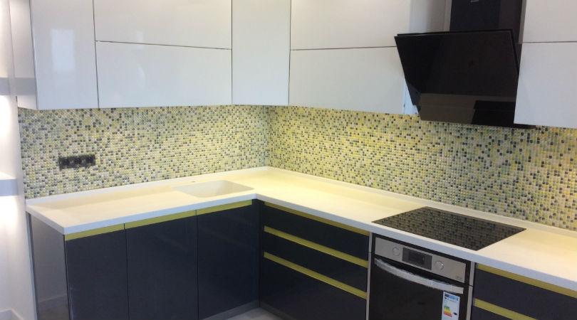 фото - фартук на кухне из мозайки