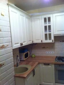 Кухня со спрятанными трубами и котлом