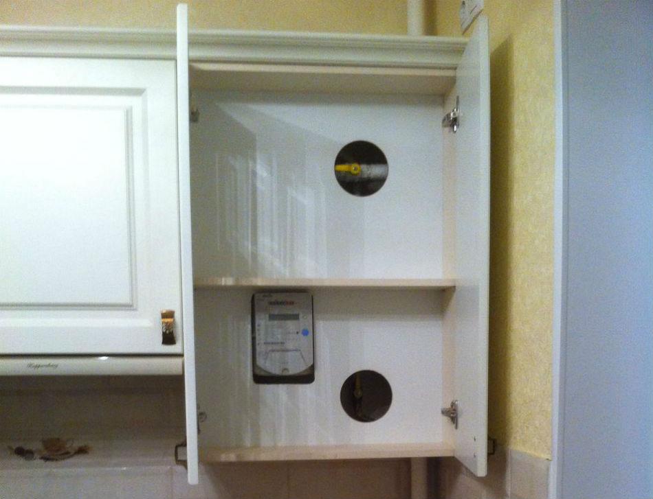 Шкаф с двойным дном и вырезами под вентили труб