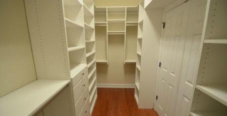 Гардеробная комната из белого ДСП фото
