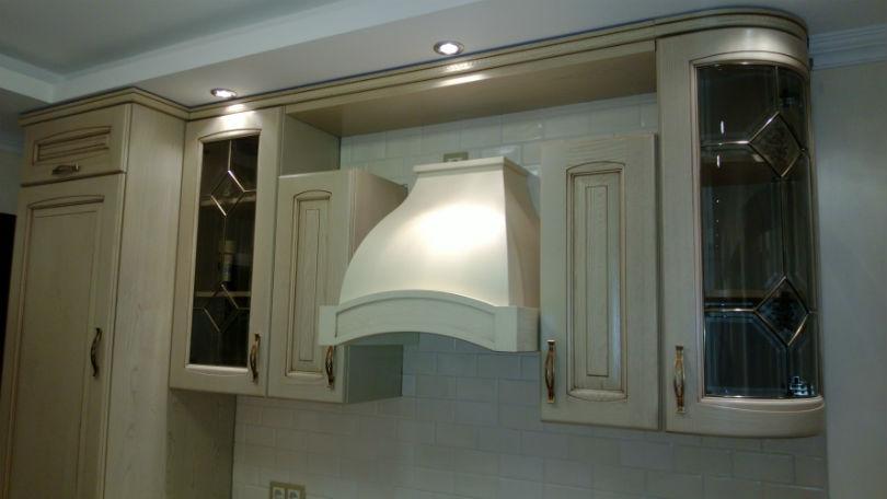 фото - бежевая кухня с вытяжкой