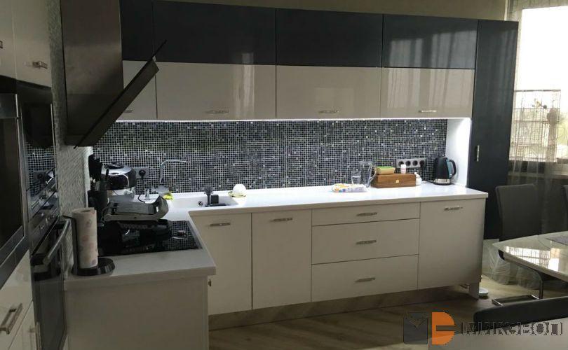 Кухня бело-графитового цвета от Микэвол