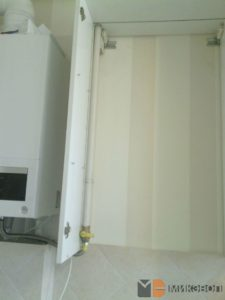 Газовая труба проходит по углу шкафа