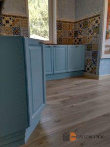 Нижние шкафы кухни голубого цвета