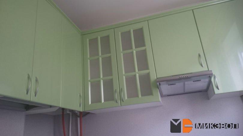 Вид сверху на верхние шкафы зеленой кухни
