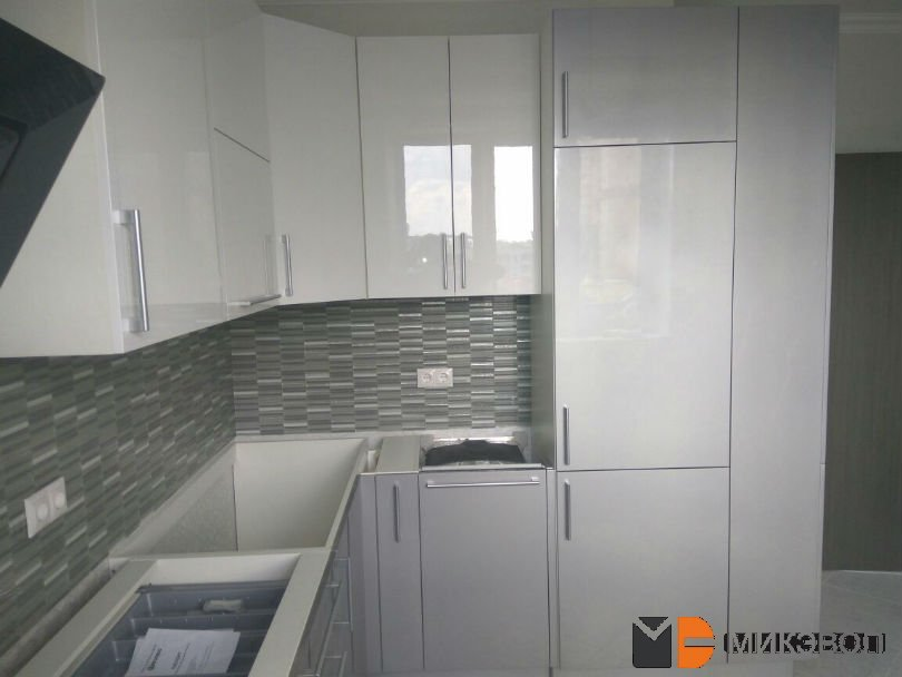 угловая кухня с глянцевыми фасадами