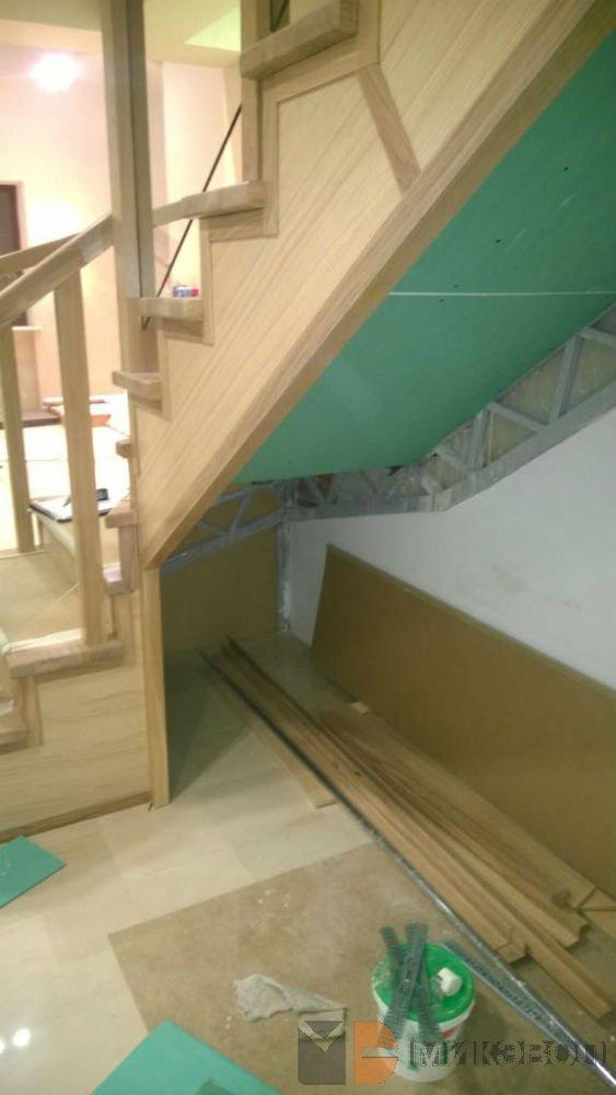 процесс монтажа шкафа под лестницей