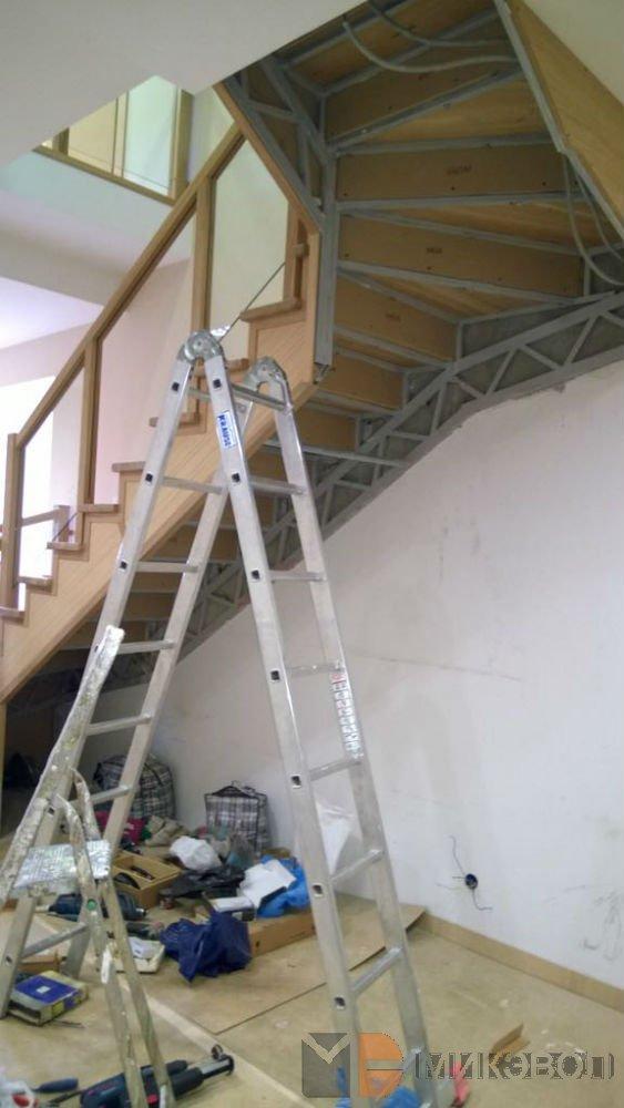 пространство под лестницей, до начала работ