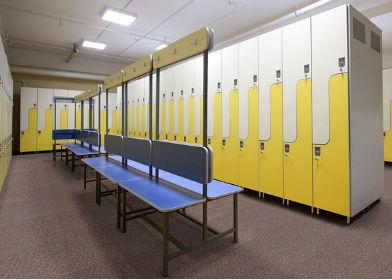 Шкафчики и скамейки для школьных раздевалок фото