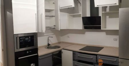 Угловая кухня двухцветная фото