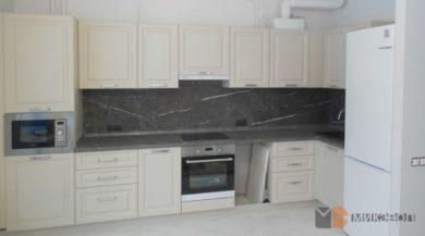 Бежевая угловая кухня в Сампо фото
